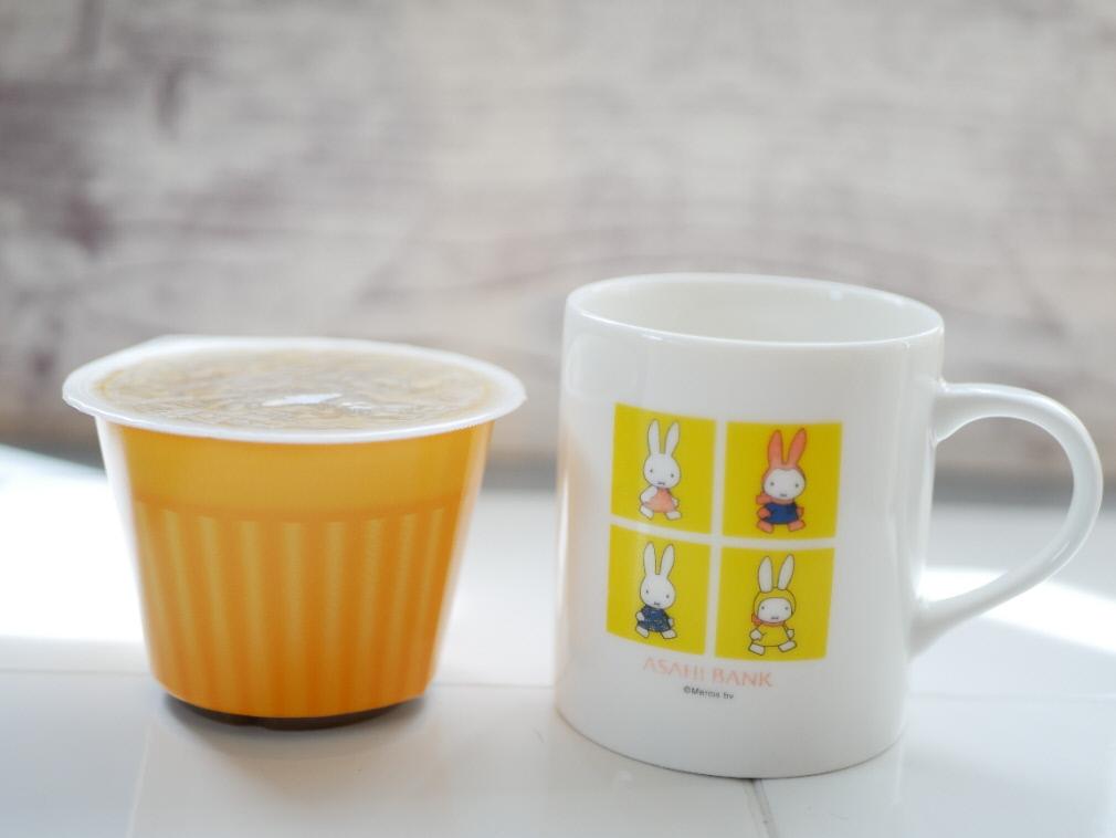野菜をMotto!!のカップと通常のマグカップを並べて大きさを比較