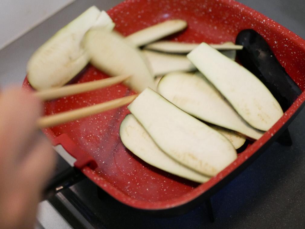 フレーバーストーン「ダイヤモンドエディション」のソテーパンで茄子を炒めている