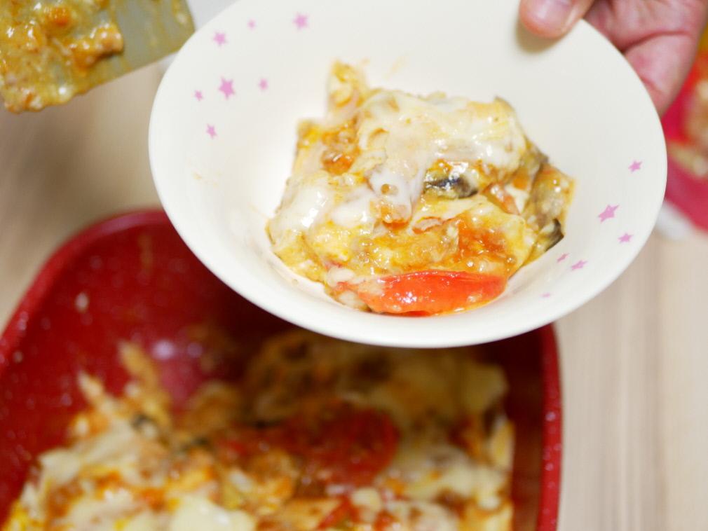 フレーバーストーンで作ったラザニアを皿に取り分ける