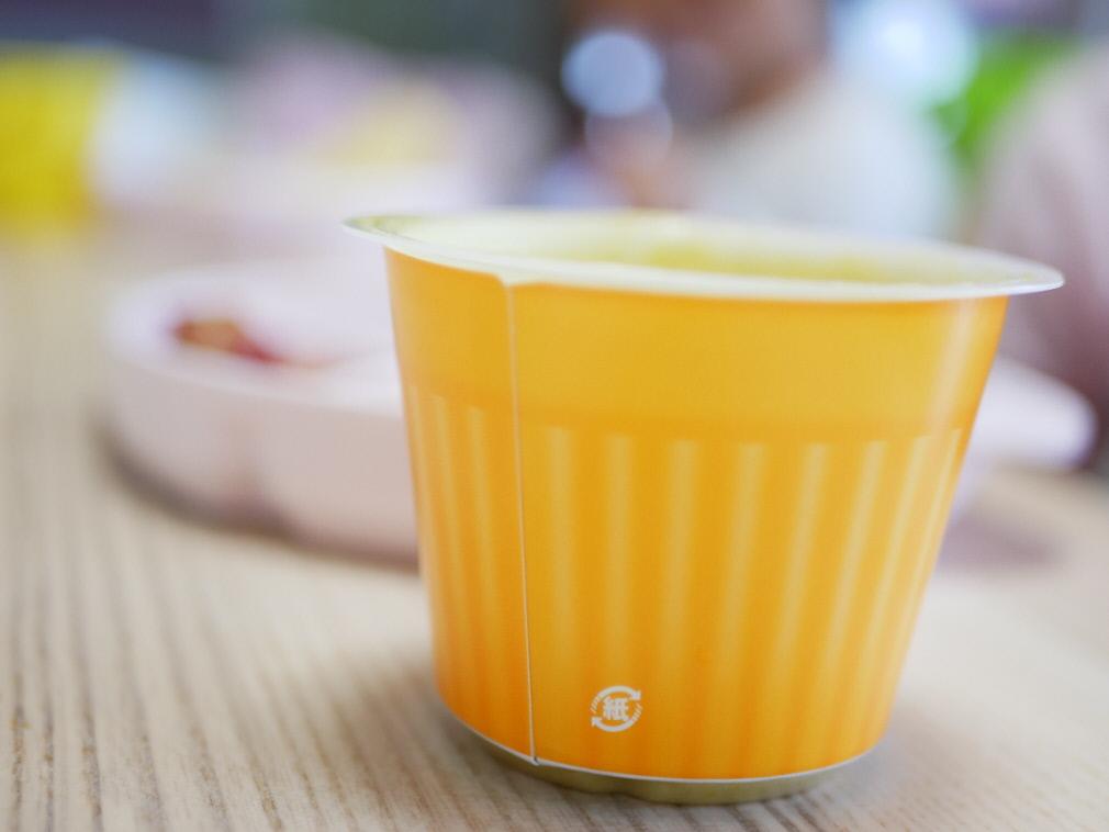 野菜をMotto!!の黄色いカップが大きく映し出されている
