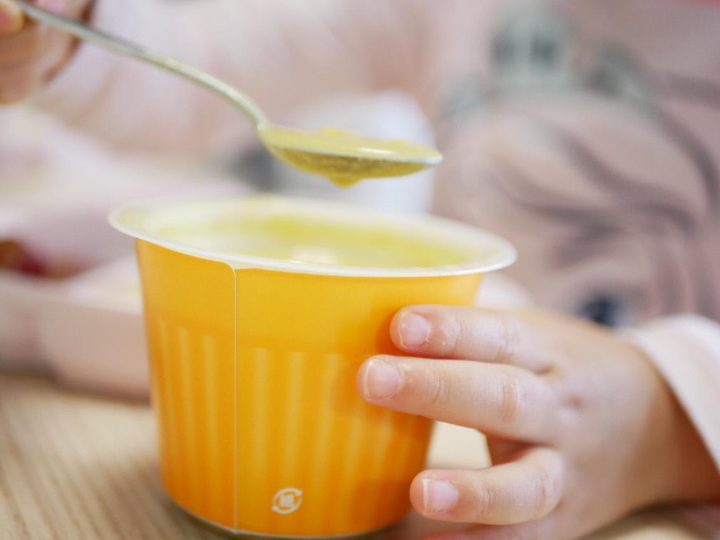 野菜をMotto!!のコーンスープを美味しそうに掬う小さな手