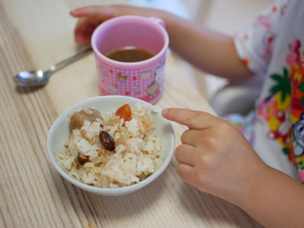 野菜をMotto!!で作った炊き込みご飯を指さす少女