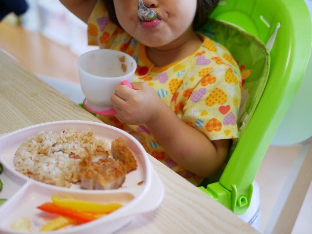 野菜をMotto!!の無添加スープを美味しそうに食べる赤ちゃん