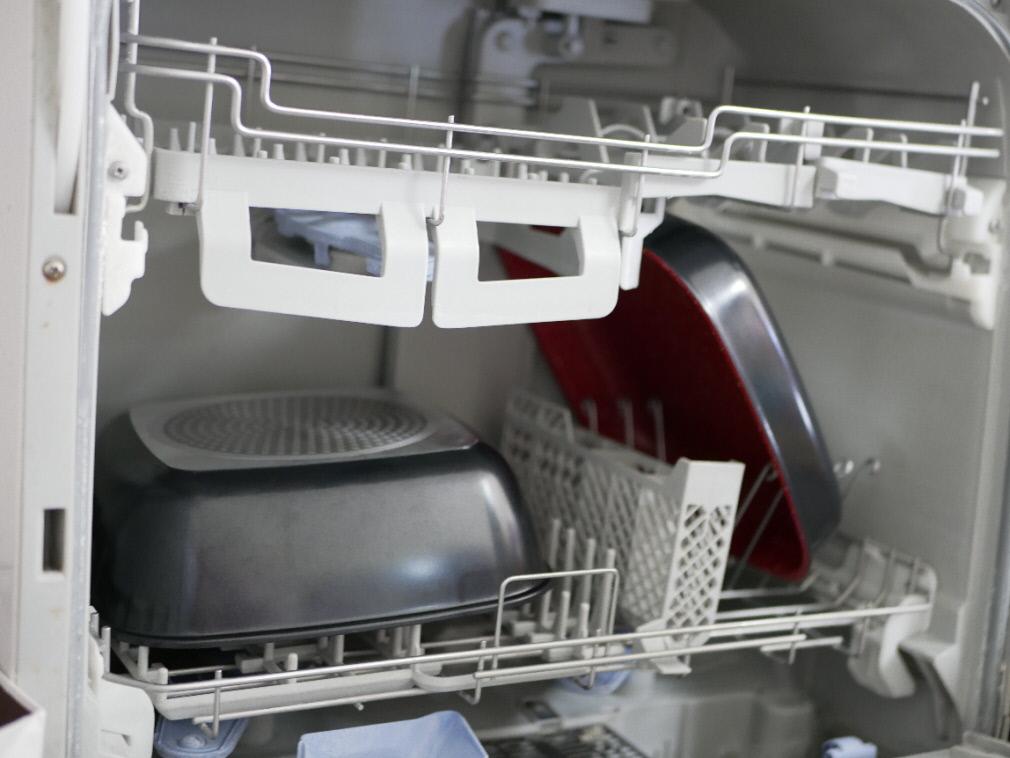 食洗機に入れたフレーバーストーン「ダイヤモンドエディション」のソテーパンとディープパン