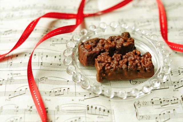リボンにまとわれた贈答用のチョコレート